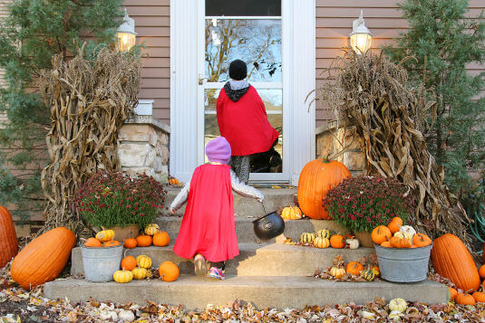 During Halloween, children should knock on the doors or ring the doorbells only of houses that are well-lit and welcoming.
